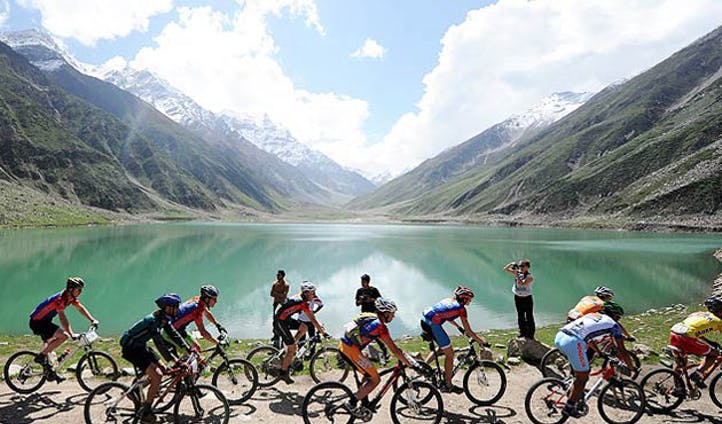 image of cycling-in-the-himalayas, nepal