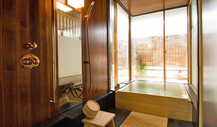 Infinity Bathtub in Hiiragiya | Kyoto | Black Tomato