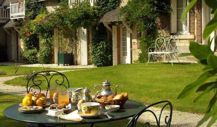 france outdoor breakfast