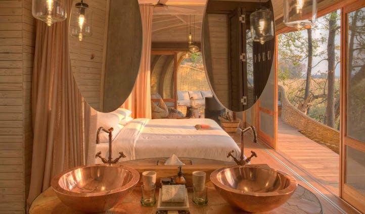Bed/bathroom, Sandibe Camp | Black Tomato