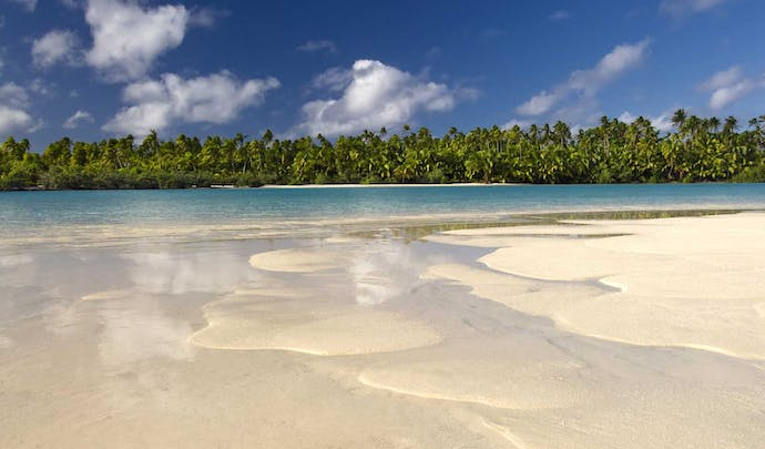 Stay on the beautiful beaches of the Cook Islands